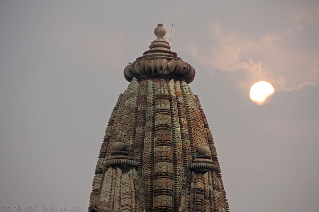 Sikhara and sunset, Khajuraho (Madhya Pradesh).   [©  R.V. Bulck]